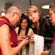 Regula Curti, Bei der feierlichen Übergabe der BEYOND-CD an Seine Heiligkeit den Dalai Lama bei der Audienz am 1. August 2009 in Frankfurt © Manuel Bauer