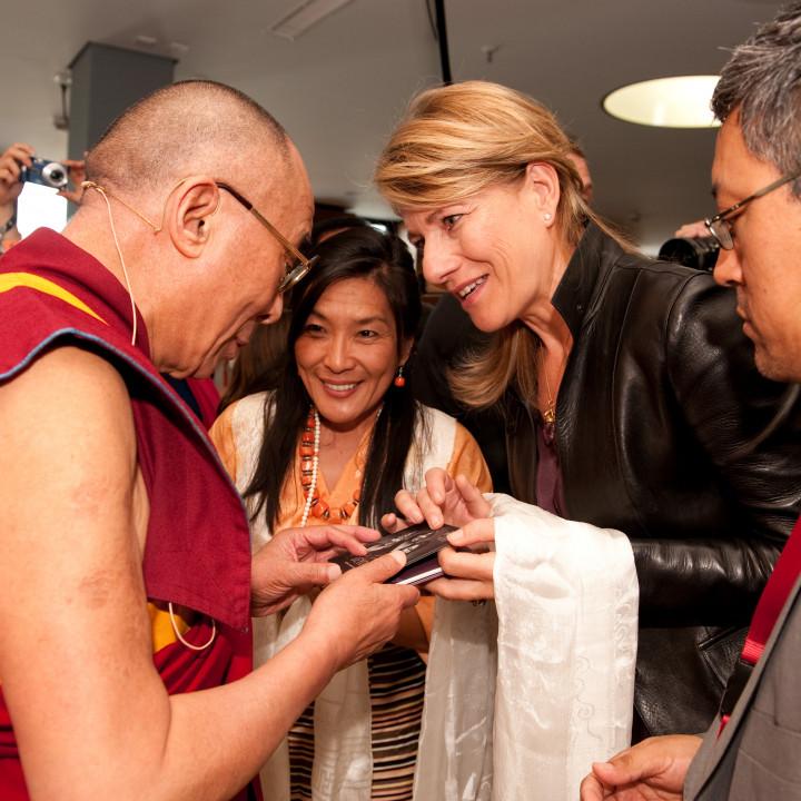 Bei der feierlichen Übergabe der BEYOND–CD an Seine Heiligkeit den Dalai Lama bei der Audienz am 1. August 2009 in Frankfurt ©Manuel Bauer