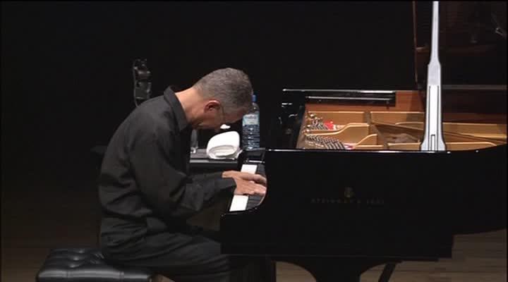 "Keith Jarrett 2002 solo in der Metropolitan Festival Hall, Tokyo. In kompletter Länge Teil der DVD ""Tokyo Solo""."