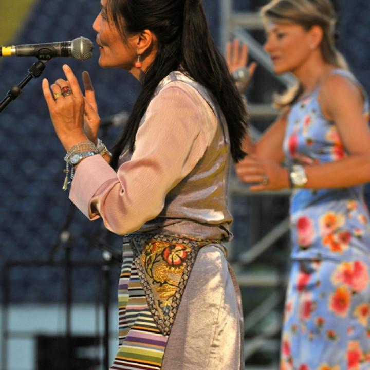 """Dechen Shak Dagsay und Regula Curti bei ihrem Liveauftritt bei """"Songs For Dalai Lama"""" in der Frankfurter Commerzbank Arena am 1. August 2009 ©Tamara v. Rechenberg"""