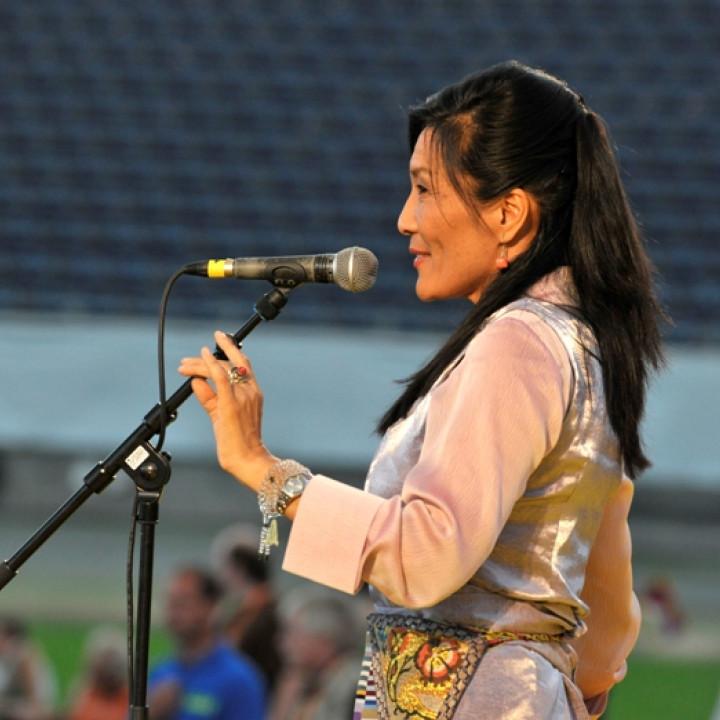 """Dechen Shak-Dagsay bei ihrem Liveauftritt bei """"Songs For Dalai Lama"""" in der Frankfurter Commerzbank Arena am 1. August 2009 ©Tamara v. Rechenberg"""