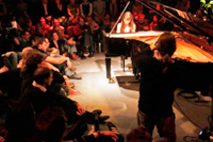 Alice Sara Ott in der Yellow Lounge im WMF Club in Berlin 2009 © XAMAS