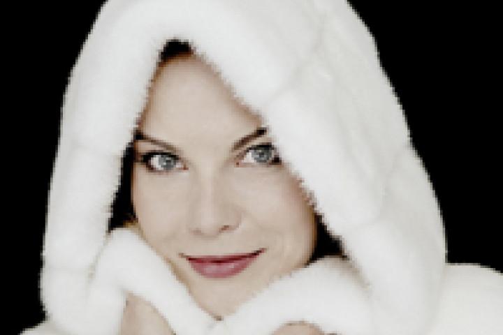 Elīna Garanča im Kapuzenpelzmantel ©Felix Broede / Deutsche Grammophon