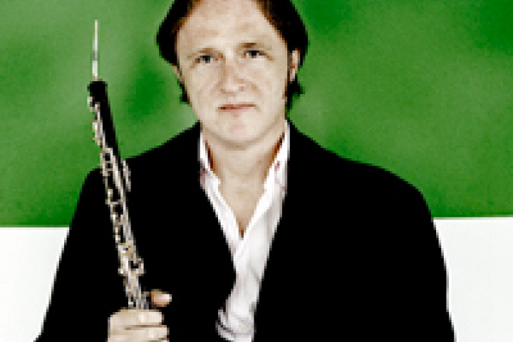 Albrecht Mayer half green background ©Mat Hennek