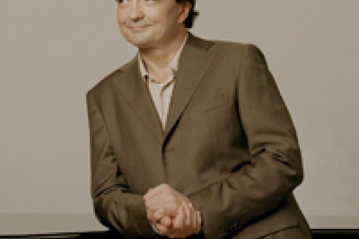 Pierre-Laurent Aimard vor einem Flügel ©Felix Broede / Deutsche Grammophon