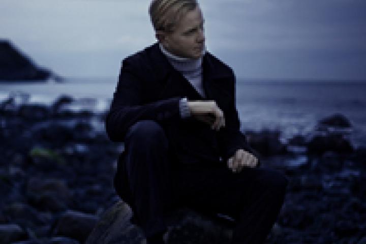 """Max Raabe am Leuchtturm in Montauk, Long Island im Suffolk County im Bundesstaat New York. Shooting zum neuen Album """"Übers Meer"""" © Olaf Heine"""