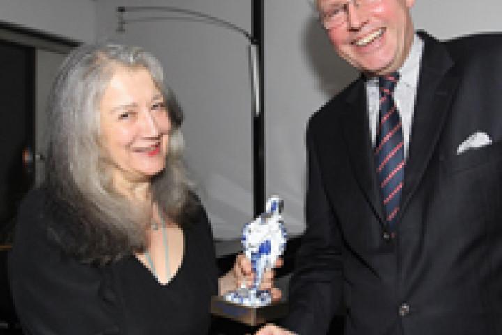 Christoph Schulz verleiht Martha Argerich den NORD LB Artist Award 2009 © Agentur SHübner