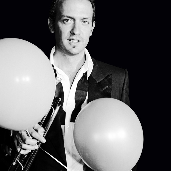 Till with Ballons bw Foto Michel Haddi