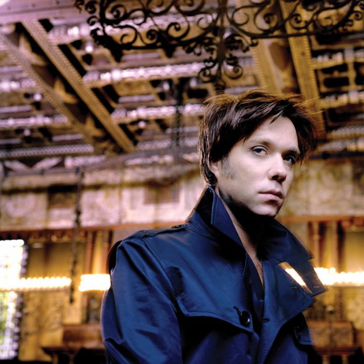 "Rufus Wainwright, blauer Trenchcoat, blaue Jacke, Fotoshoot für das neue Album ""Songs for Lulu"" ©Kevin Westenberg"