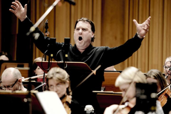 Bryn Terfel with Orchestra © Mat Hennek