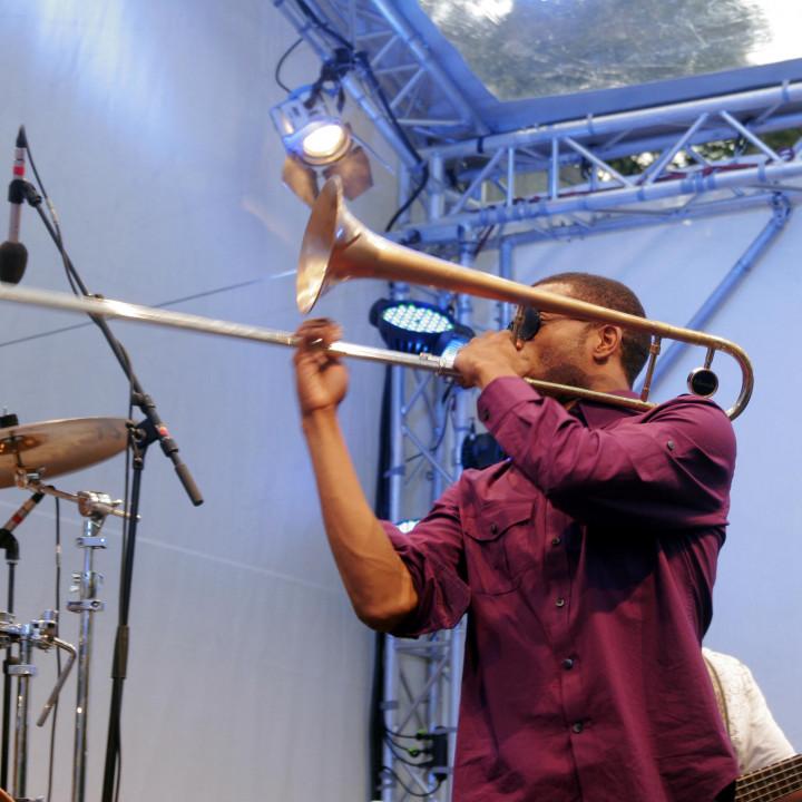 Trombone Shorty VCitg11 backwards c Max Schröder