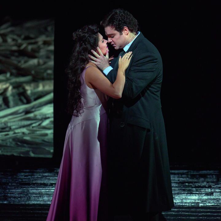 Anna Netrebko (als Antonia) und Joseph Calleja (als Hoffmann) in Les Contes d' Hoffmann, 2009