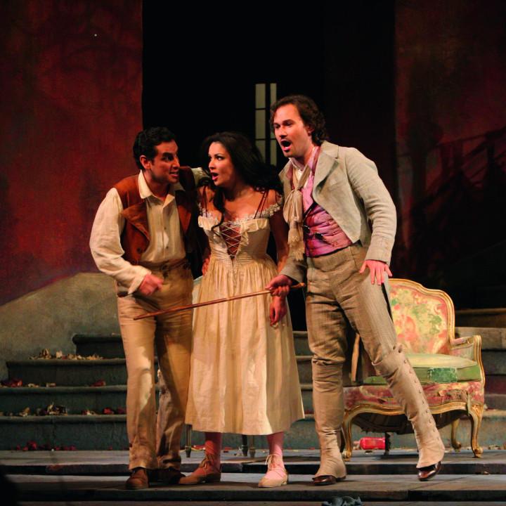 Juan Diego Flórez (als Ernesto), Anna Netrebko (als Norina) und Mariusz Kwiecien (als Dr. Malatesta) in Don Pasquale, 2006