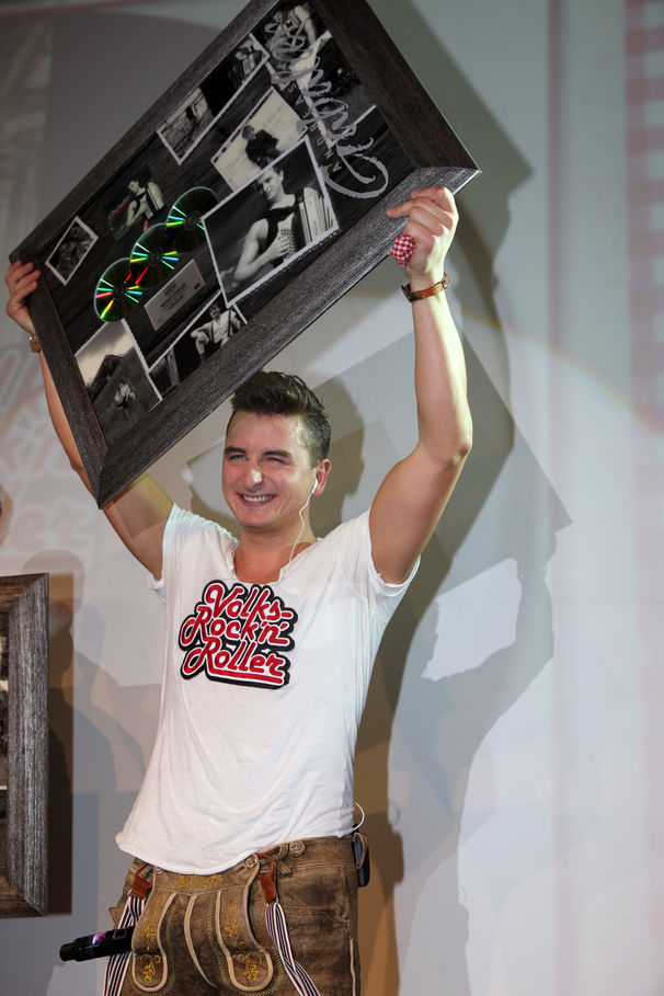 Andreas Gabalier, Andreas Gabalier erklimmt mit VolksRock'n'Roller den Charts-Thron in Österreich und landet in den Top 20 in Deutschland