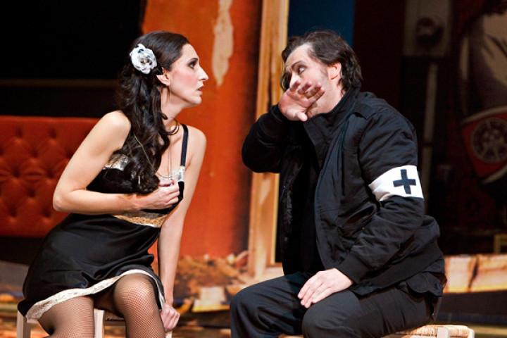 Stella Doufexis (Carmen) und Timothy Richards (Don José) an der Komischen Oper Berlin
