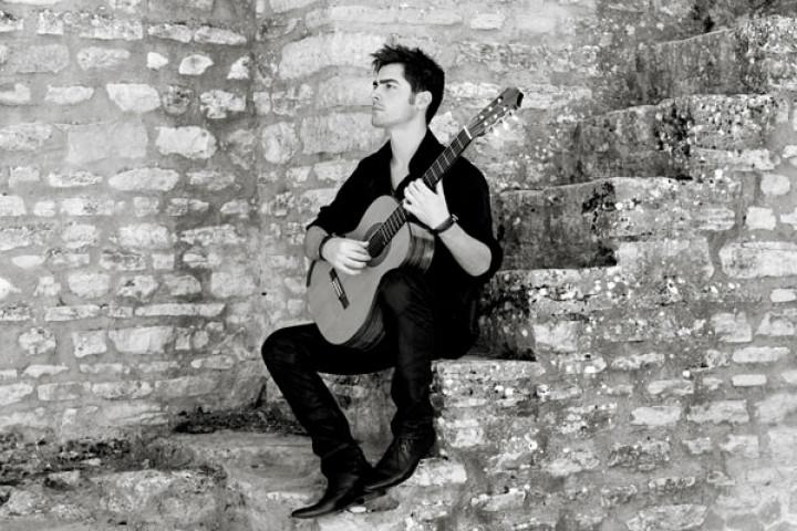 Milos mit Gitarre