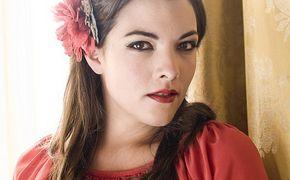 Caro Emerald, Ab jetzt: Caro Emerald präsentiert Doppel-CD Drum Rolls & Heart Breaks