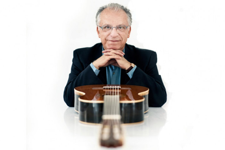 Pepe Romero mit Gitarre