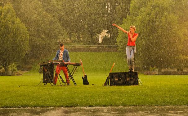 Glasperlenspiel, Blickt hinter die Kulissen: Fotos vom Tanzen im Regen-Dreh