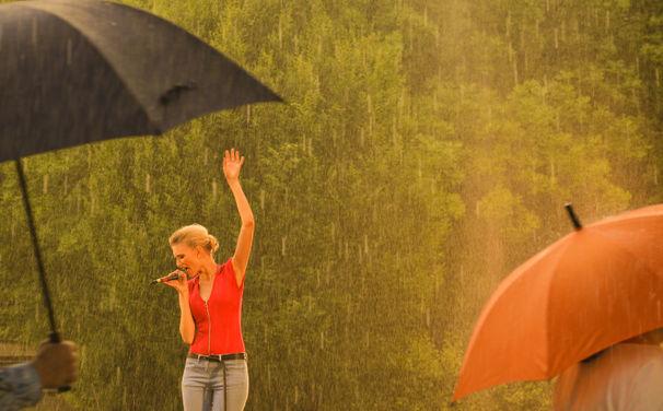 Glasperlenspiel, 3. August: Premiere des Glasperlenspiel-Videos Tanz im Regen