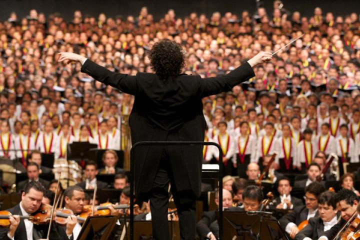 Gustavo Dudamel dirigiert die Symphonie der Tausend