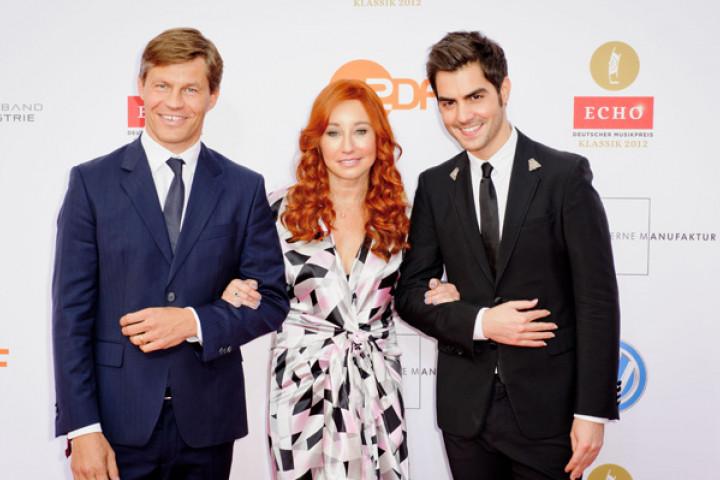 Milos mit Frank Briegmann und Tori Amos auf dem roten Teppich des Echo Klassik 2012