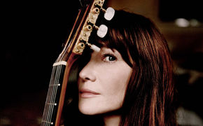 Carla Bruni, Ab jetzt erhältlich: Carla Bruni veröffentlicht erstes Live-Album A L'Olympia