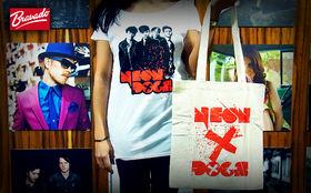 Neon Dogs, Gewinnt Neon Dogs Fanpakete mit Shirt, Tasche und Button Set