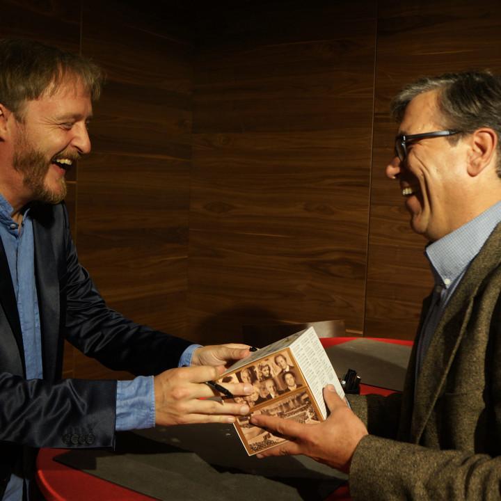 """Albrecht Mayer und Klaus Wallendorf beim Signieren der """"Jahrhundert Edition"""""""