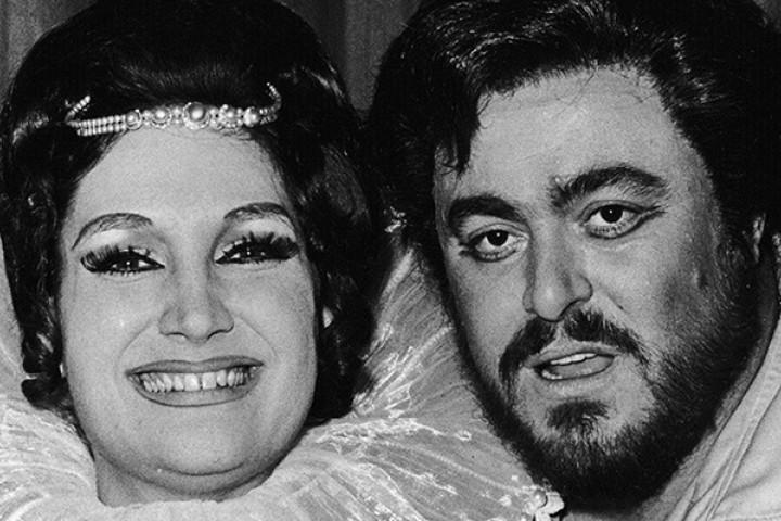 Edda Moser mit Luciano Pavarotti nach einer Aufführung von Lucia di Lammermoor an der Hamburgischen Staatsoper, 1975
