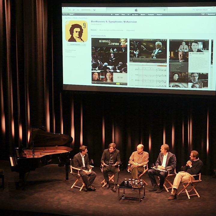"""Die Experten präsentieren die App """"Beethoven 9"""": Ruppert Wagg und Stephan Steigleder (Deutsche Grammophon), Max Whitby (Touch Press), Albrecht Mayer und Simon Halsey."""
