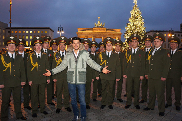 Vincent Niclo & The Red Army Choir vor dem Brandenburger Tor