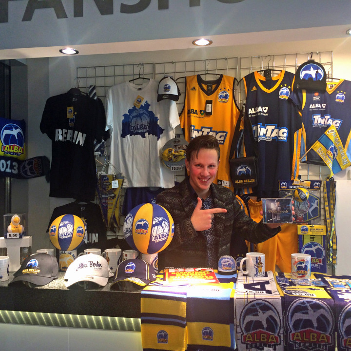 Martynas im Fan-Shop der O2-Arena