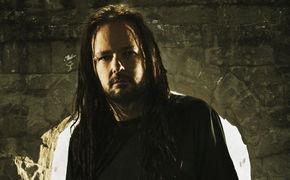 Korn, Korn-Frontmann Jonathan Davis als Gastsänger auf Silent So Long von Emigrate