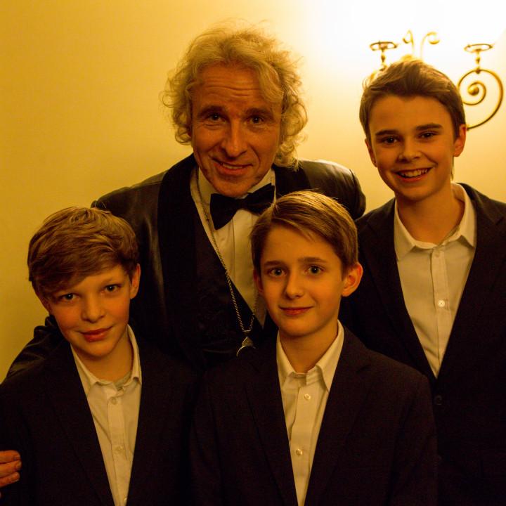 Thomas Gottschalk und die Chorjungen Nico, Jan und Georg