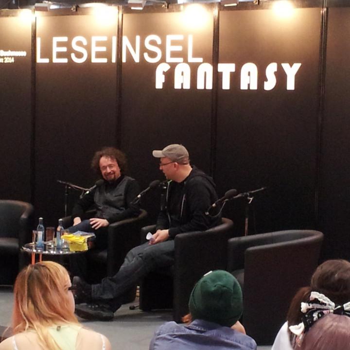 """Bernhard Hennen und Dennis Ehrhardt bei der """"Die Elfen""""-Präsentation auf der Leipziger Buchmesse am 15.03.2014"""