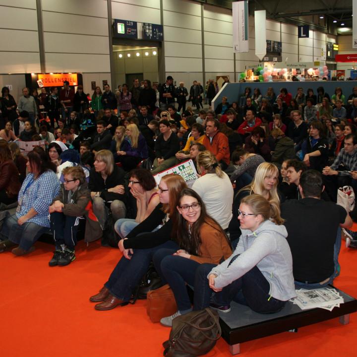 """Zuschauer und vor allem """"Zuhörer"""" bei der """"Die Elfen""""-Präsentation auf der Leipziger Buchmesse am 15.03.2014"""