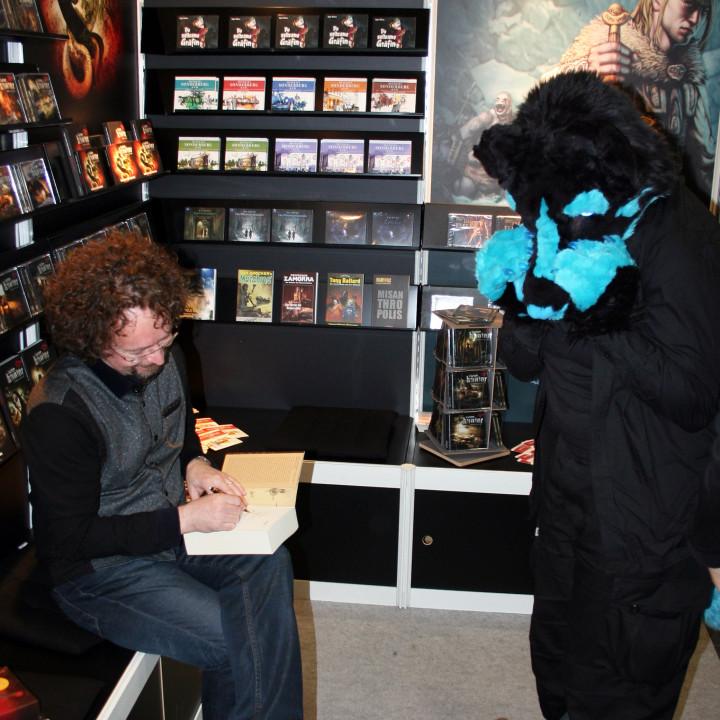 Haariger Besucher bei Bernhard Hennens Autogrammstunde am Zaubermond Audio-Stand auf der Leipziger Buchmesse am 15.03.2014