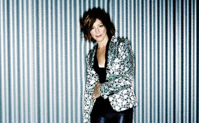 Sarah McLachlan, Auf Shine On gibt sich Sarah McLachlan ungewohnt rockig