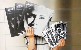 Laing, Gewinnt Vinyls des Albums Wechselt die Beleuchtung mit Stickerbögen von Laing