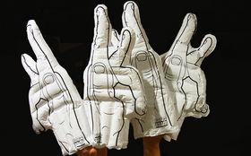 Kraftklub, Ein Muss für das nächste Konzert: Gewinnt aufblasbare Winkehände von Kraftklub
