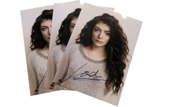 Lorde, Lorde hat Geburtstag und ihr bekommt die Geschenke: Gewinnt jetzt eure signierte Autogrammkarte