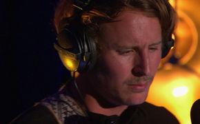 Ben Howard, Seht hier wie Ben Howard seinen Song Conrad live im Maida Vale-Studio spielt