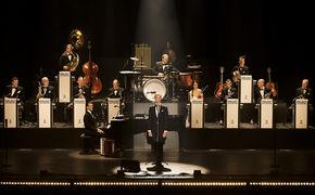 Max Raabe, Neues Max Raabe & Palast Orchester Video Du passt auf mich auf jetzt anschauen