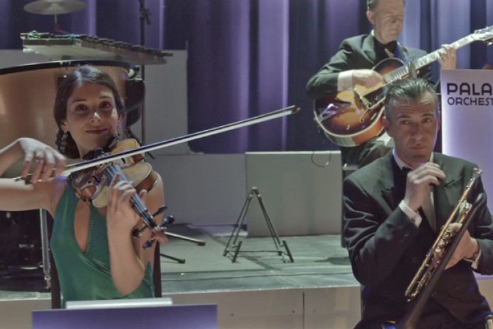"Aus dem Video ""Smoke Gets In Your Eyes"" von Max Raabe & Palast Orchester"
