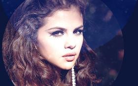 Selena Gomez, Wir wünschen einen besinnlichen zweiten Advent: Gewinnt eine von Selena Gomez signierte Lederjacke aus ihrer Kollektion
