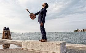 Avi Avital, Avi Avital spielt Vivaldi – Gewinnen sie eines von drei signierten Alben des begabten Mandolinenspielers