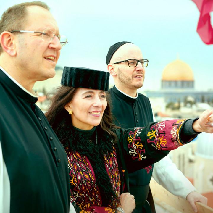 Von links: P. Karl Wallner, Timna Brauer, P. Kilian Müller