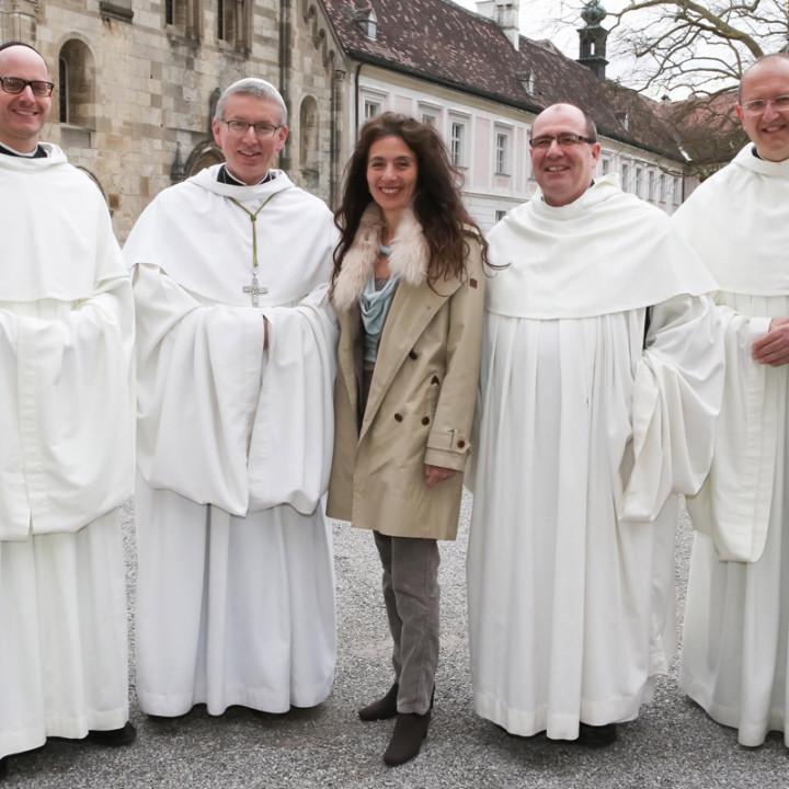 Von links: P. Kilian Müller, Abt Maximilian Heim, Timna Brauer, P. Simeon Wester, P. Karl Wallner