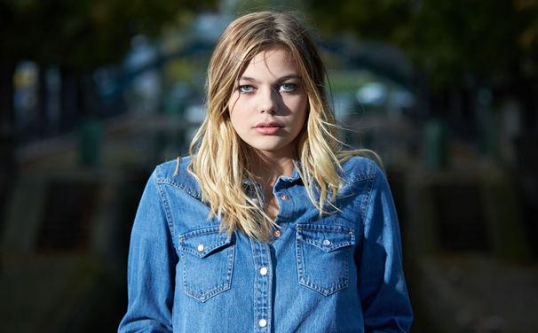 Louane, Sympathischer Pop-Star: Louane gut gelaunt im Interview mit dem Kika